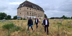 Fußmarsch durch den hohen Wildwuchs über das Gelände der ehemaligen JVA © 2021 SBL Neubrandenburg