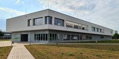 Nord-West-Ansicht mit Blick auf den Haupteingang © 2021 SBL Neubrandenburg