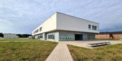 Nord-Ost-Ansicht mit Haupteingang und Wirtschaftshof © 2021 SBL Neubrandenburg
