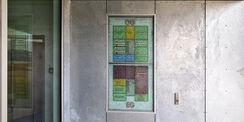 der Gebäudewegweiser aus einer Applikation von farbigem Glas und einer Befüllung mit rundlichen Glasbrocken von Einscheibensicherheitsglas (ESG) © 2021 SBL Neubrandenburg