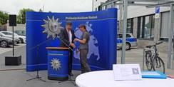 Finanzminister Reinhard Meyer und Projektleiterin des SBL Rostock Carola Topp bei der feierlichen Schlüsselübergabe am 23. Juni 2021 in Sanitz. © 2021 SBL Rostock