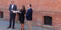 Staatssekretär Heiko Miraß übergibt den symbolischen Schlüssel an die Justizministerin Katy Hoffmeister © 2021 SBL Greifswald