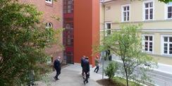 Ein neuer Außenaufzug im Innenhof verbindet das Erd- und das 1. Obergeschoss. © 2021 SBL Greifswald
