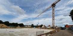 Blick auf das Baufeld am 9. August 2021: Der Kran dreht sich bereits  die Bodenplatte ist gegossen. © 2021 SBL Rostock