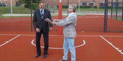 Der Leiter des SBL Neubrandenburg  Winfried Tasler  übergibt den Sportplatz an den kommissarischen Direktor Dr. Stefan Metzger. © 2021 SBL Neubrandenburg