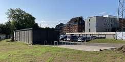 Der Rasen am Parkplatz ist fertig ausgesät. © 2021 SBL Schwerin