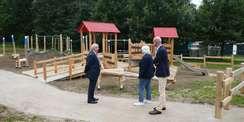 Landwirtschaftsminister Dr. Till Backhaus  Claudia Henning vom SBL und Bauamtsleiter Robert Klaus begutachten die Spielgeräte. © 2021 SBL Schwerin