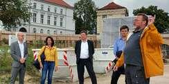 Projektleiter Jürgen Schröder (rechts) erläutert die Baumaßnahme. © 2021 SBL Schwerin