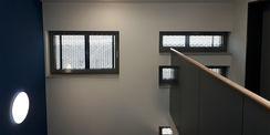 Innenansicht der Streckmetallverkleidung vor den Fenstern gesehen aus dem Treppenhaus. © 2021 SBL Schwerin