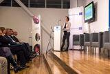 """Sophie Veßel von der AG Globale Verantwortung präsentierte die Broschüre """"Unfaire Milch – Agrar- und Entwicklungspolitik im Widerspruch"""", deren Inhalt das Thema des Abends vorgab."""