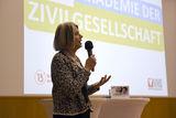 Karin Michaela Krischanitz übernimmt an diesem Abend die Moderation. Die Unternehmensberaterin und Lehrgangsleiterin an der Akademie für Sozialmanagement wird laut Lehrplan das Modul  Themenentwicklung und Moderation  unterrichten. © spendeninfo.at/Hannah Hauptmann
