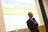 Mario Rieder  der Geschäftsführer der Wiener Volkshochschulen  bedankt sich bei den zahlreichen Gästen für ihr Kommen. © spendeninfo.at/Hannah Hauptmann
