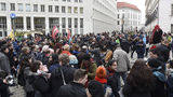 Einige Menschen sind am frühen Mittwochabend auf den Minoritenplatz in Wien gekommen  um vor dem Innenministerium gegen das Inkrafttreten der  Sonderrichtlinie  für Förderzahlungen zu protestieren. © spendeninfo.at / Hannah Hauptmann