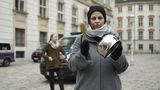 Mit einem Topf gewappnet ist Joana H. am Mittwochabend auf den Minoritenplatz gekommen  um lautstark zu protestieren.  © spendeninfo.at / Hannah Hauptmann